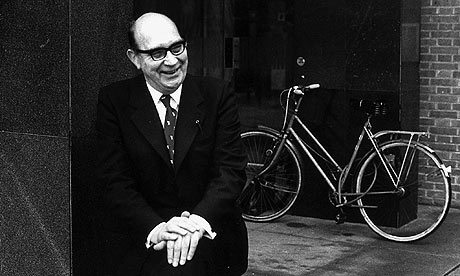 philip-larkin-outside-hul-0021